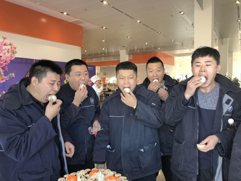 华晨宝马员工比赛吃柠檬