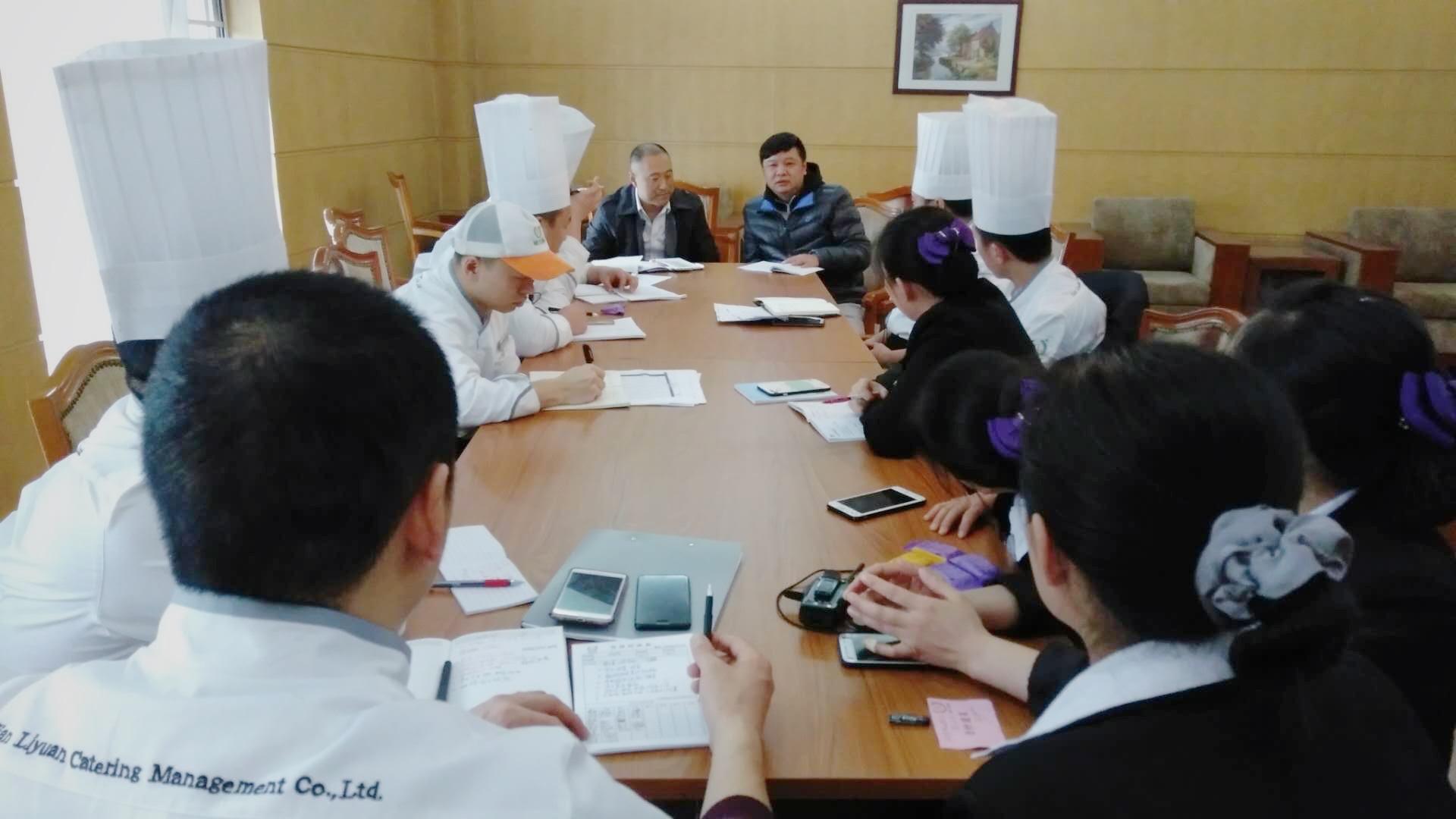 甲方领导和餐厅人员开会讨论接待方案