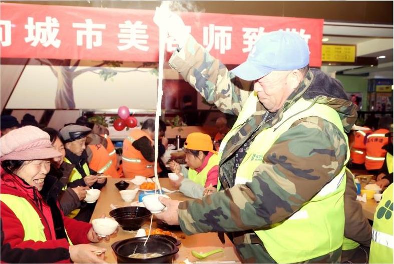 环卫工人在潍坊银座美食广场开心就餐