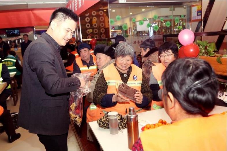 美食广场招商部李伟经理为环卫工人发放爱心手套和口罩