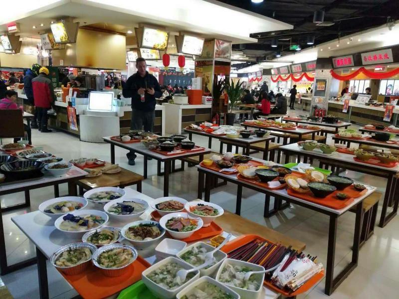 美食广场各商户为环卫工人准备的多样美食