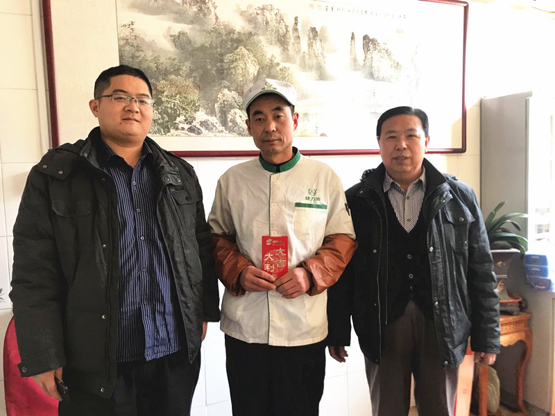 集团工会副主席战桂华慰问困难职工