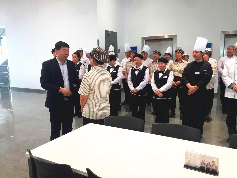 沈阳大区营运总经理张克明慰问困难职工