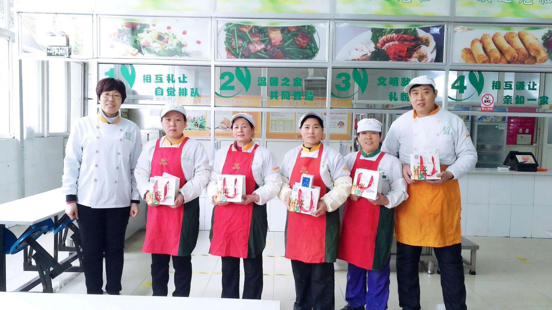 青岛某餐厅向员工发放生日礼物