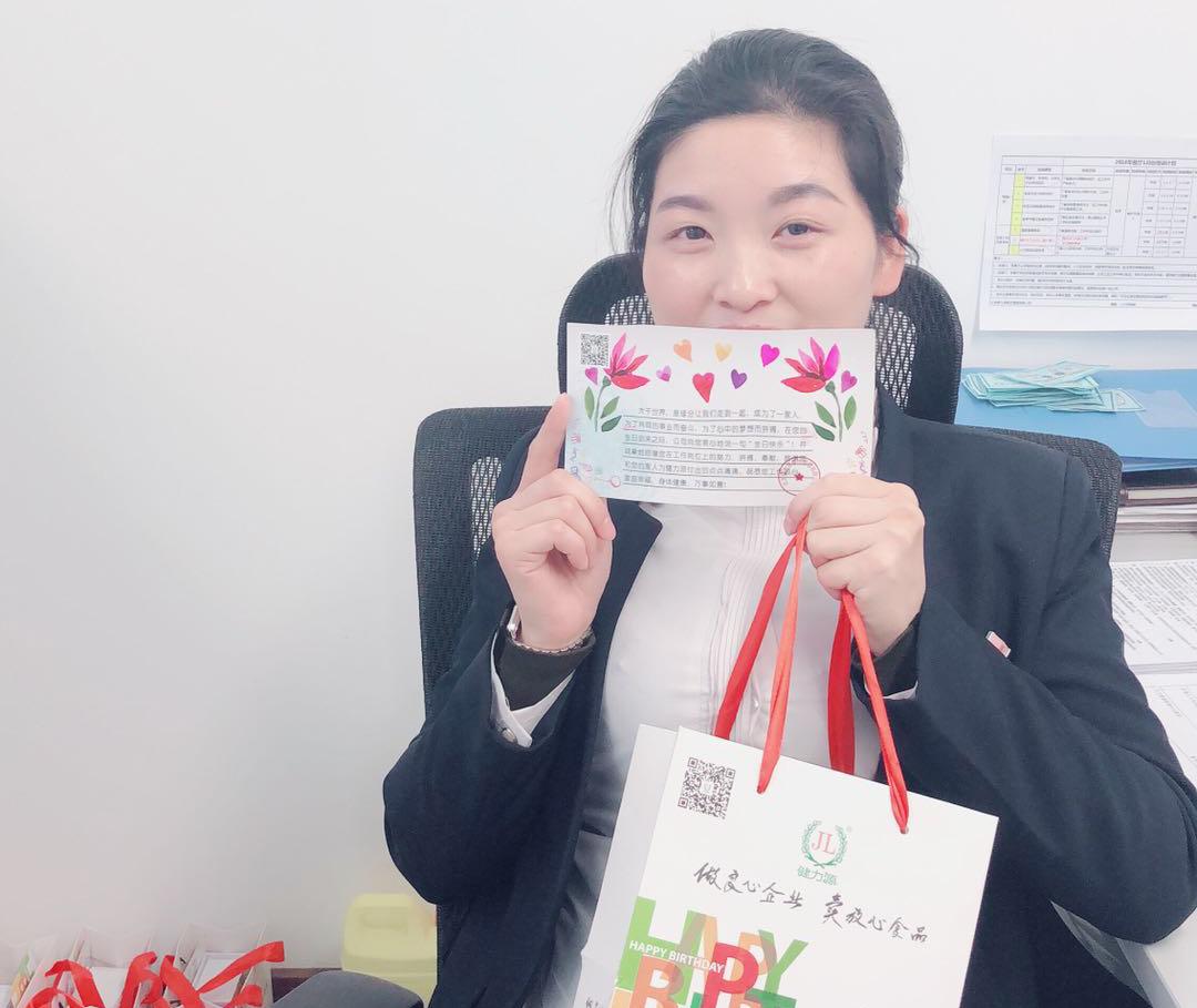武汉某餐厅员工展示生日贺卡