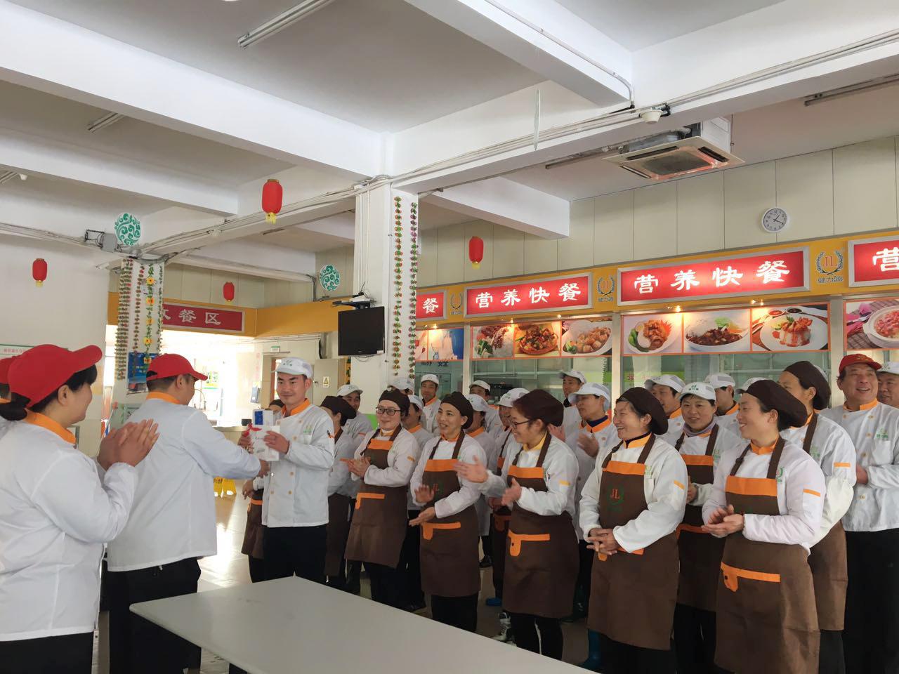 扬州某餐厅向当月过生日的员工发放生日礼物