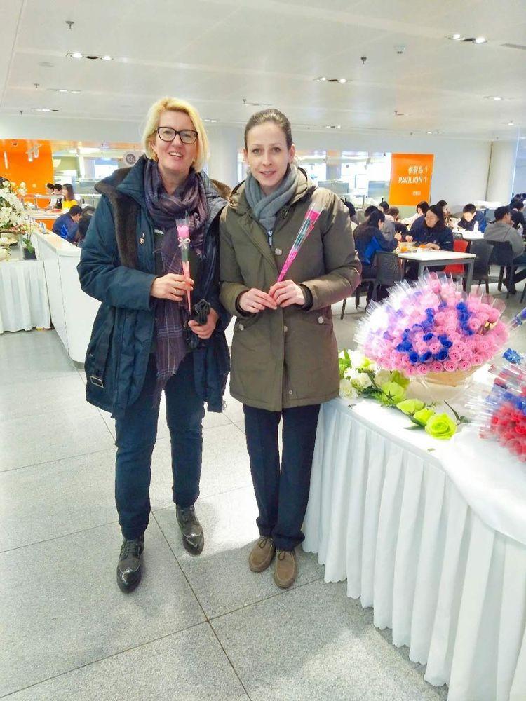 铁西宝马主餐厅外国友人领到玫瑰花