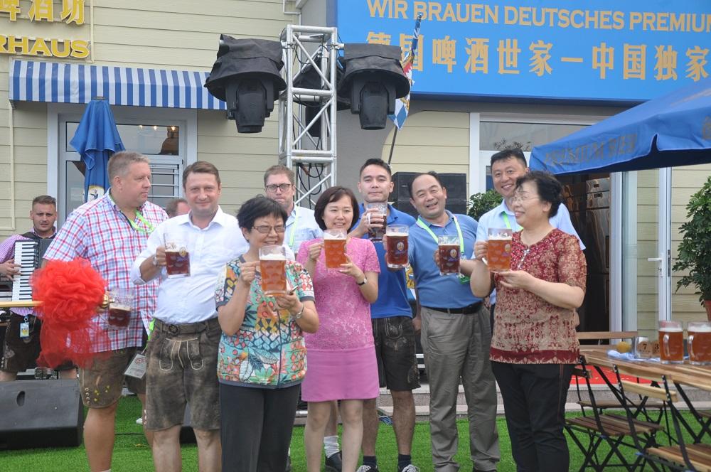 薦董、蓋總同大家一起慶祝啤酒坊開業
