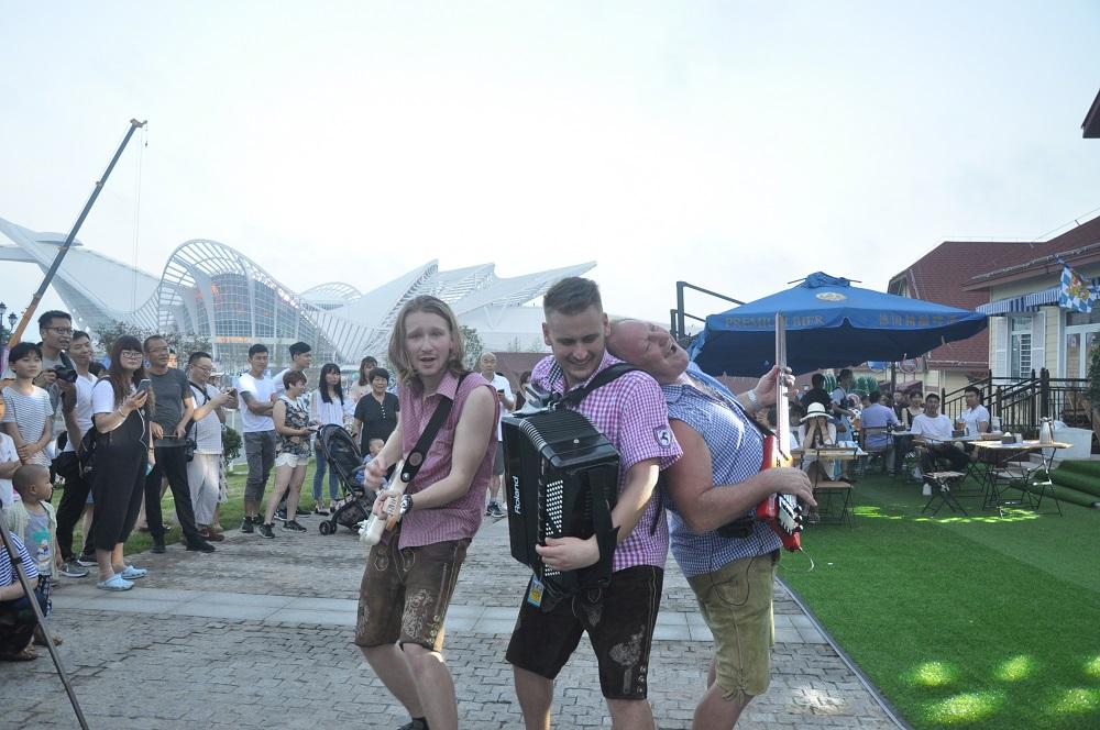 乐队表演吸引大批游客围观