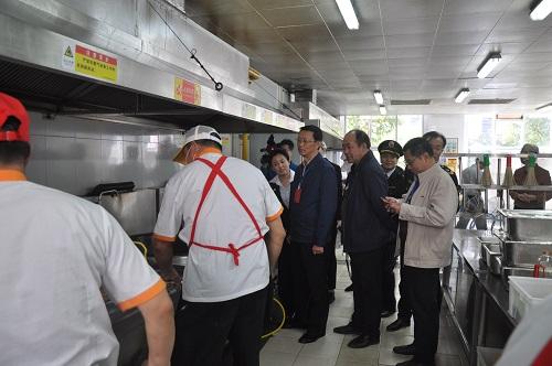領導們現場了解餐廳員工的工作